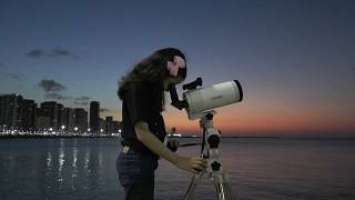 Nicole Oliveira observando a través de un telescopio, 22/9/2021, Fortaleza, Brasil