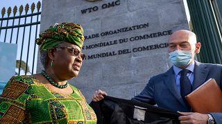 المديرة العامة لمنظمة التجارة العالمية، نجوزي أوكونجو إيويالا عند مدخل منظمة التجارة العالمية في جنيف ، سويسرا.
