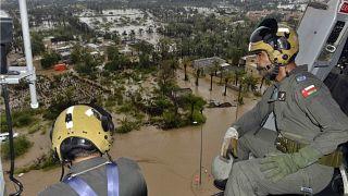 عمال الإنقاذ يستخدمون المروحيات للبحث عن الناجين من الإعصار شاهين ومساعدتهم في عمان