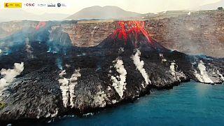 Vista aérea de la lava del volcán de La Palma entrando en el mar