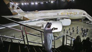 رجل إماراتي يلتقط صورة سيلفي أمام طائرة الاتحاد للطيران الجديدة A380 في أبو ظبي، الإمارات العربية المتحدة.