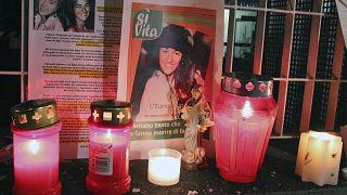 Velas y fotos se ven en Udine, Italia, el 10 de febrero de 2009, tras la muerte de Eluana Englaro, de 38 años, en estado vegetativo desde un accidente de coche hace 17 años.