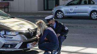 El tráfico entre Serbia y Kosovo vuelve a la normalidad gracias a las pegatinas