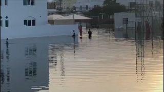 إعصار شاهين يغرق شوارع العاصمة العمانية مسقط