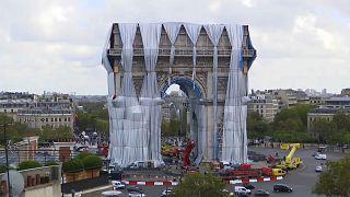 Arc de Triomphe installation unwrapping begins