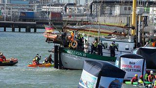 شرطة مكافحة الشغب الهولندية تسيطر على السفينة بيلوغا 2 التابعة لمنظمة غرينبيس بعد تفريق احتجاج لنشطاء المناخ في مصفاة شل في ميناء روتردام الهولندي.