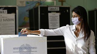 Virginia Raggi bei der Stimmabgabe