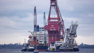 """قاطرات في موقعها على متن سفينة مد الأنابيب الروسية """"فورتونا"""" في ميناء فيسمار بألمانيا."""