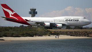 """طئرة تابعة شركة الطيران الأسترالية """"كانتاس"""" أثناء سيرها على المدرج في مطار سدني"""