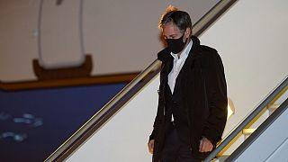وزير الخارجية أنتوني بلينكن ينزل من طائرة في مطار باريس لو بورجيه، فرنسا.
