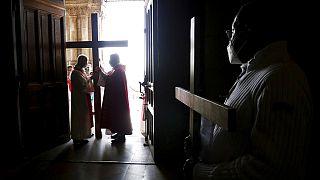 """Abus sexuels dans l'Eglise : la France sous le choc du """"rapport Sauvé"""""""