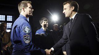 إيمانويل ماكرون، يحيي رائد الفضاء الفرنسي توماس بيسكيت في حفل في شامبورد، فرنسا.