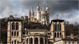 كاتدرائية سان جان، في المقدمة، وكاتدرائية فورفيير، في الأعلى، في مدينة ليون، وسط فرنسا