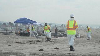 PLaya de la costa de California cerrada por el vertido de petróleo