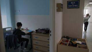 طفل في وحدة طب الأطفال النفسية في مستشفى روبرت ديبري في باريس، فرنسا.