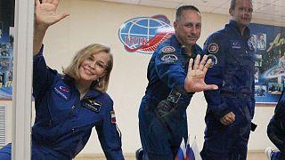 الممثلة بيريسيلد والمخرج شيبينكو ورائد الفضاء شكابلروف أعضاء طاقم سويوز إم إس -19  بعد مؤتمر صحفي في منشأة الإطلاق الروسية في بايكونور كوزمودروم، كازاخستان، 4 أكتوبر 2021