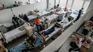 مصابون بكوفيد-19 في مستشفى في لفيف، غرب أوكرانيا، 23 مارس 2021