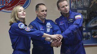 De izquierda a derecha: la actriz Yulia Peresild, el director Klim Shipenko y el cosmonauta, Anton Shkaplerov.