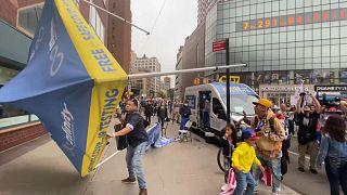 احتجاجات على فرض لقاح كوفيد أمام القنصلية الأسترالية في مدينة نيويورك الأمريكية