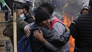 Cocaleros se abrazan tras enfrentarse a la policía cerca del mercado de la coca , 4/10/2021, La Paz, Bolivia