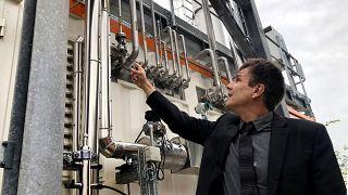 CO2 aus Biogas und Wasserstoff aus Windenergie kommen hier zusammen, um E-Kerosin zu produzieren, erklärt Atmosfair-Geschäftsführer Brockhagen.