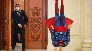 Draußen die Superman-Figur - drinnen das Votum
