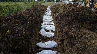 Un equipo forense entierra a un grupo de migrantes que murieron tratando de cruzar el Tapón del Darién, en el cementerio de Guayabillo en Agua Fría, Panamá, 30 de septiembre.