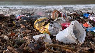 شاهد: أطنان القمامة تعُم شواطئ مرسيليا غداة عاصفة شديدة اجتاحت المدينة
