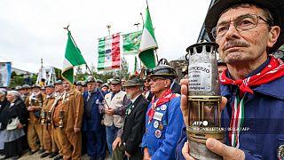 Minatori in pensione partecipano a una cerimonia per il 60° anniversario del disastro a Marcinelle, Charleroi, l'8 agosto 2016