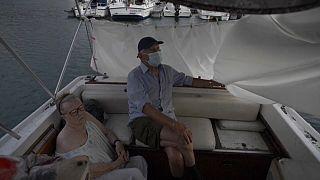 Luis y Margeritte se refugian del volcán en su lancha en el puerto de Tazacorte, La Palma