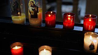 Des bougies allumées dans une église de la région parisienne le 5 octobre 2021