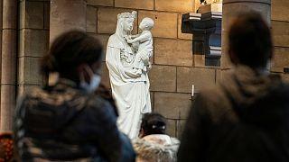 Fiéis rezam pelas vítimas de pedofilia, na igreja Joana D'Arc, em Saint Denis, França