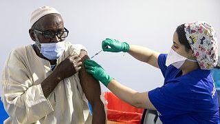 عاملة صحية مغربية تعطي جرعة ثالثة من لقاح فايزر المضاد لكوفيد- 19 في مركز التطعيم بمدينة سلا، 5 أكتوبر 2021.