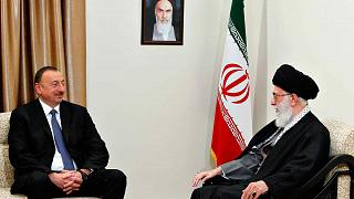 المرشد الأعلى الإيراني آية الله علي خامنئي، إلى اليمين، يتحدث إلى الرئيس الأذربيجاني إلهام علييف، خلال لقائهما في طهران، إيران، الأربعاء 9 أبريل 2014