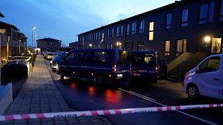 سيارات الشرطة متوقفة أمام منازل في ألبورغ، أثناء تدخل للشرطة بناء على اشتباه في استعدادات لهجمات إرهابية، 11 كانون الأول 2019