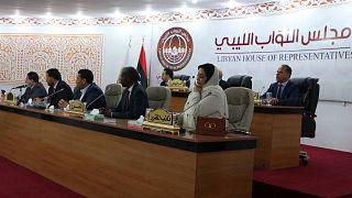 أعضاء البرلمان الليبي خلال حفل تنصيب رئيس الوزراء المؤقت الجديد للبلاد في مدينة طبرق بشرق ليبيا، 15 مارس 2021