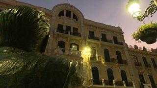 Estatua frente a un edificio modernista, 2/10/2021, Melilla, España