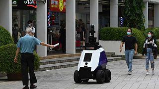 """روبوت يُدعى """"كزافييه"""" أثناء قيامه بدوريات مراقبة، سنغافورة، 6 سبتمبر 2021"""