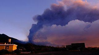 دخان في الأفق مع تدفق الحمم البركانية من بركان لا بالما، الثلاثاء 5 أكتوبر 2021