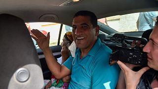 كريم طابو عند إطلاق سراحه في 2 يوليو 2020  خارج سجن القليعة بالقرب من مدينة تيبازة غرب العاصمة الجزائر