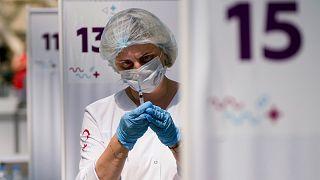 ممرضة في أحد مراكز موسكو الطبية