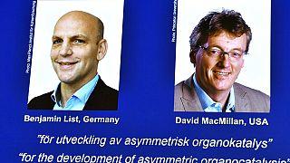 Photo des deux lauréats du prix Nobel de chimie, lors de l'annonce du prix à Stockholm (Suède) le 06/10/2021