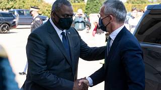 الأمين العام لحلف شمال الأطلسي ينس ستولتنبرغ ووزير الدفاع الأمريكي لويد أوستن