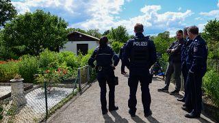 Polizisten vor einem Gartenhaus in Münster im Juni 2020