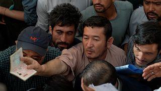 Afegãos voltam a poder pedir passaportes