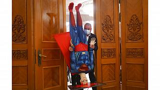 A román kormányt megbuktató parlamenti szavazás előtt Superman figuráját viszi ki valaki az ülésteremből