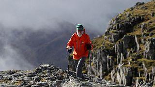 اسكتلندي بعمر 80 عاما يتسلق 35 جبلا من أجل زوجته المريضة