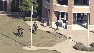 وصول عدد من أفراد الشرطة الأمريكية إلى موقع إطلاق النار في مدرسة في أرلنغتون في تكساس.