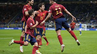 Ferrán Torres celebra con sus compañeros el gol frente a Italia