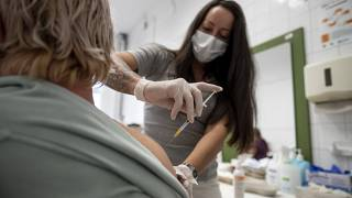 Az amerikai Johnson&Johnson egyadagos koronavírus elleni vakcinájával harmadik, emlékeztető oltást kap egy nő a hatvani Albert Schweitzer Kórház-Rendelőintézetben